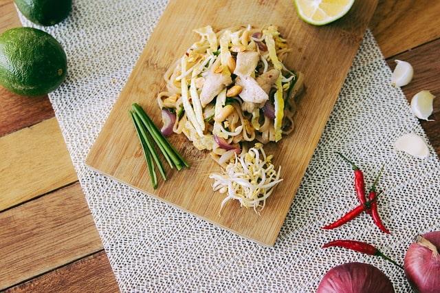 Surinaamse gerechten die de schappen overnemen