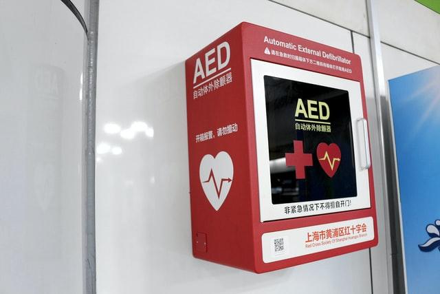Wanneer koop je een AED en op welke manier kun je er eentje leasen?